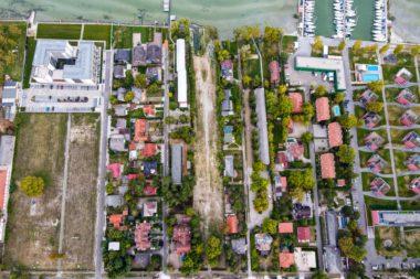 Kiváló adottságokkal rendelkező vízparti telek eladó kis kikötővel Balatonlellén