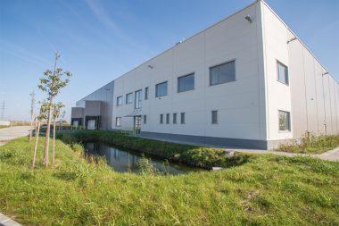 5.000 m² csarnok a Mercedes gyár közvetlen szomszédságában