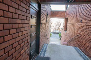 lakás lépcsős bejárat