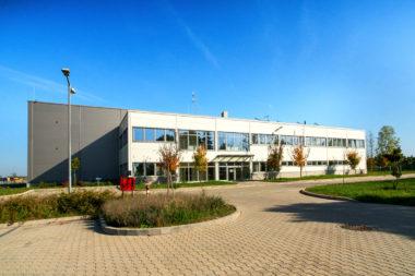 11.000 m² csarnok a Mercedes gyár közvetlen szomszédságában