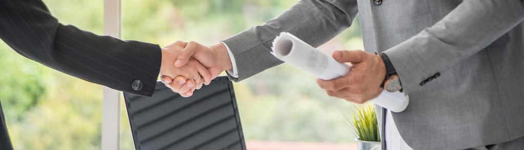 üzletemberek kézfogása
